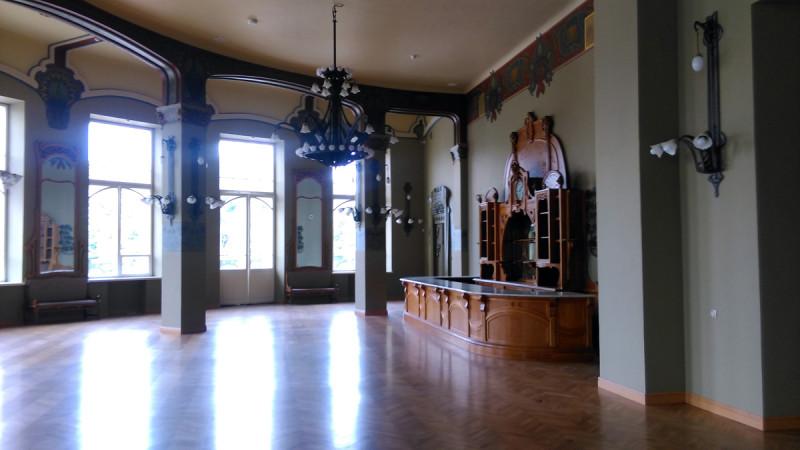 В ресторане на Витебском вокзале сохранился уникальный буфет-прилавок 1904 года с мраморной столешницей, за стойкой которого когда-то сидели Николай II, Ахматова, Гумилёв и Блок.