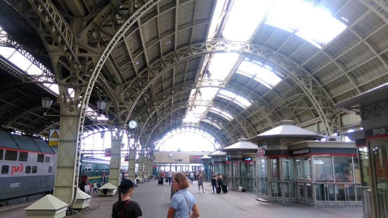 """Трехпролетное покрытие над платформами является крупнейшим в Петербурге образцом """"железной архитектуры""""."""