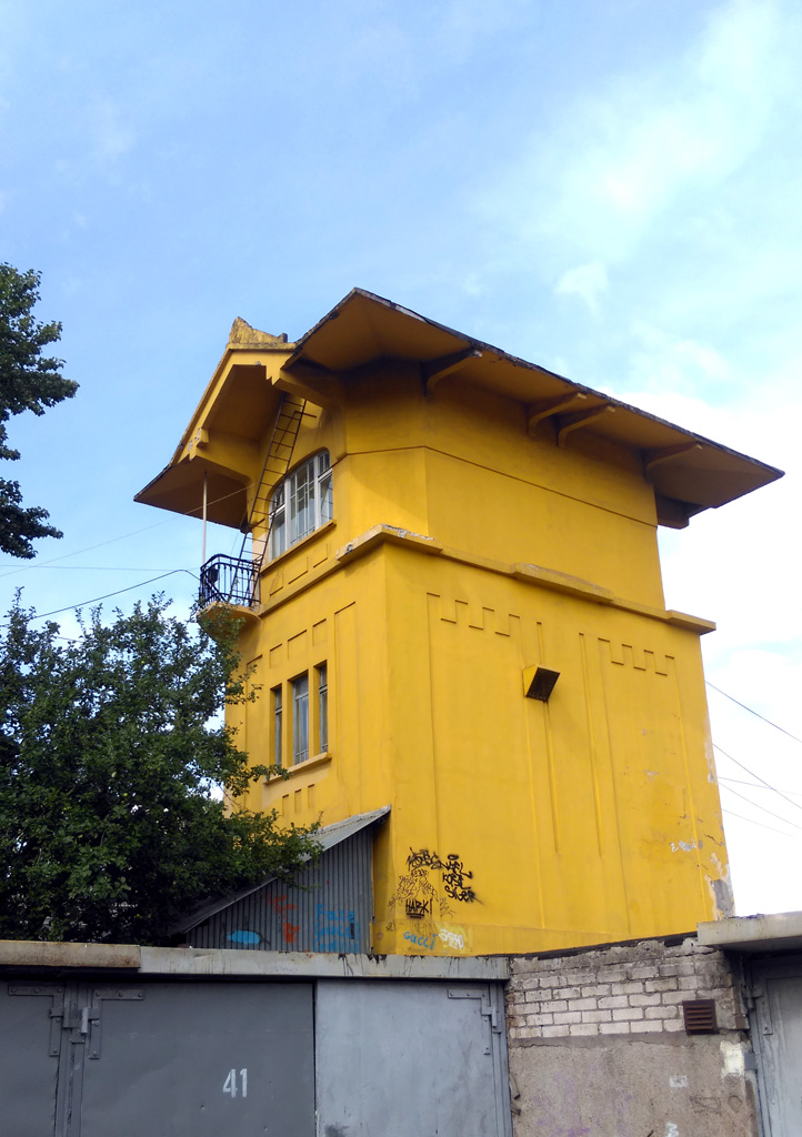 А недалеко от Вокзала здание поста электрической централизации в интересном стиле.