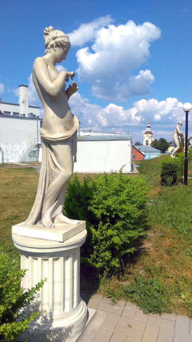 Копии античных скульптур на аллее бастиона Панцерлакс