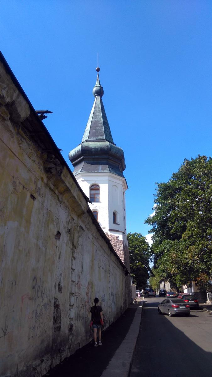 Идем вдоль Артиллерийскойказармы XVIII века к Башне ратуши возведенной в 1470-е годы