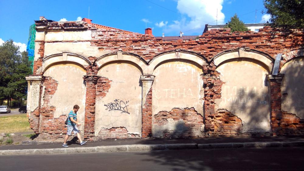 """""""Стена плача"""". Фундамент и часть стены разрушенного жилого здания и каретника XVIII века"""
