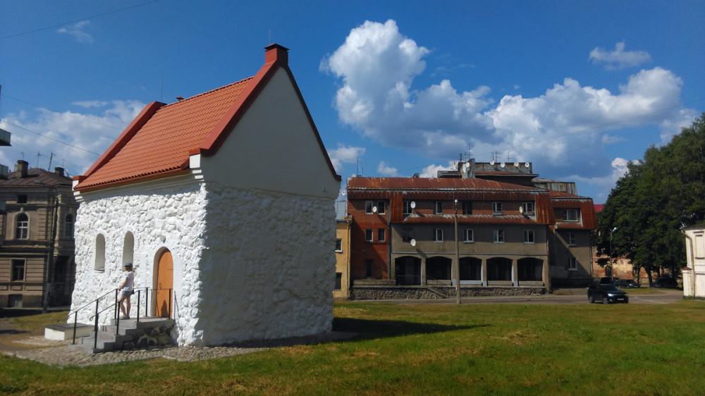 Небольшой дом, стоящий под углом к улицам Новой Заставы и Выборгской, является старейшей каменной постройкой Выборга. Сложенный из необработанных камней валунов дом был построен в XIV веке. Его владельцем, по преданию, был некий купец, а позднее дом перешёл к купеческой гильдии.