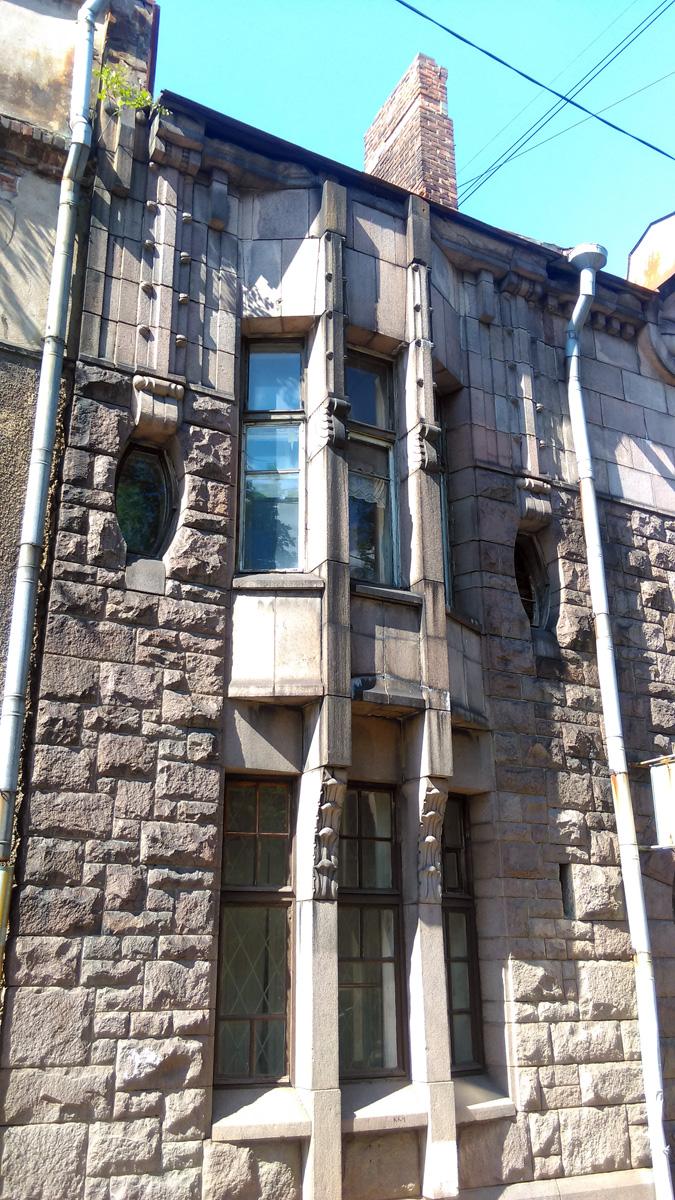 """Дом «Хакман и Ко.» в стиле северного модерна был построен в 1909 году по проекту архитекторов К. Гюльдена. В облицовке фасада использованы разные виды гранита, поэтому в народе это здание часто называют """"Гранитный дворец"""""""