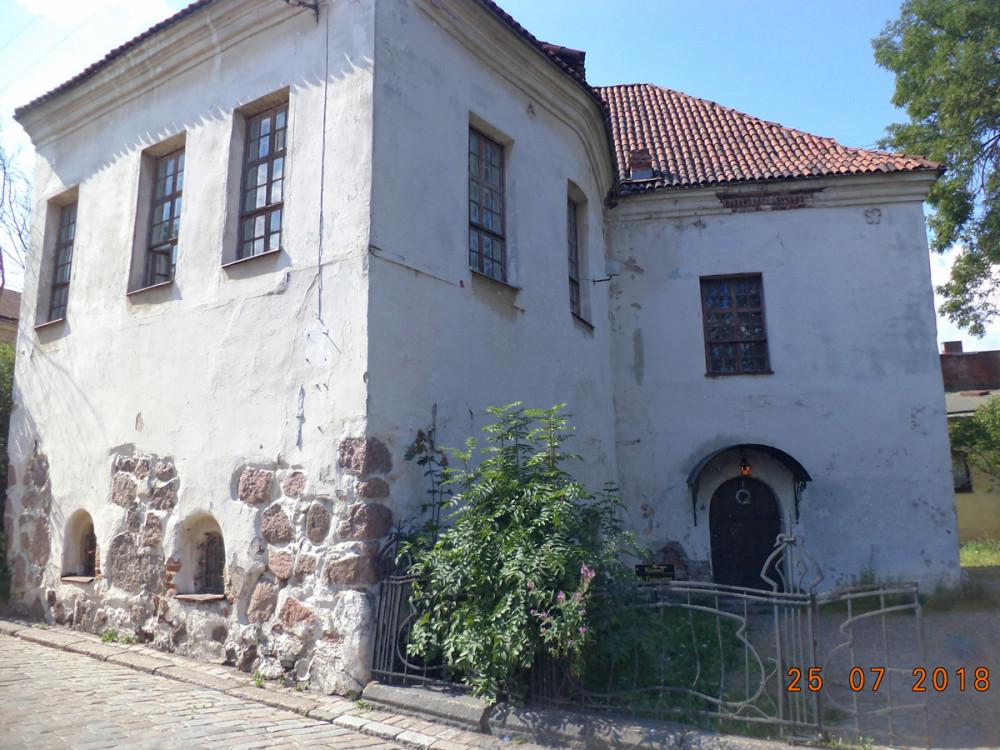 Памятник архитектуры начала XVI века. Первоначально здесь размещалась школа Францисканского монастыря. В середине XVII века здание было перестроено под дворянского собрание Выборга и стало называться Рыцарским домом.