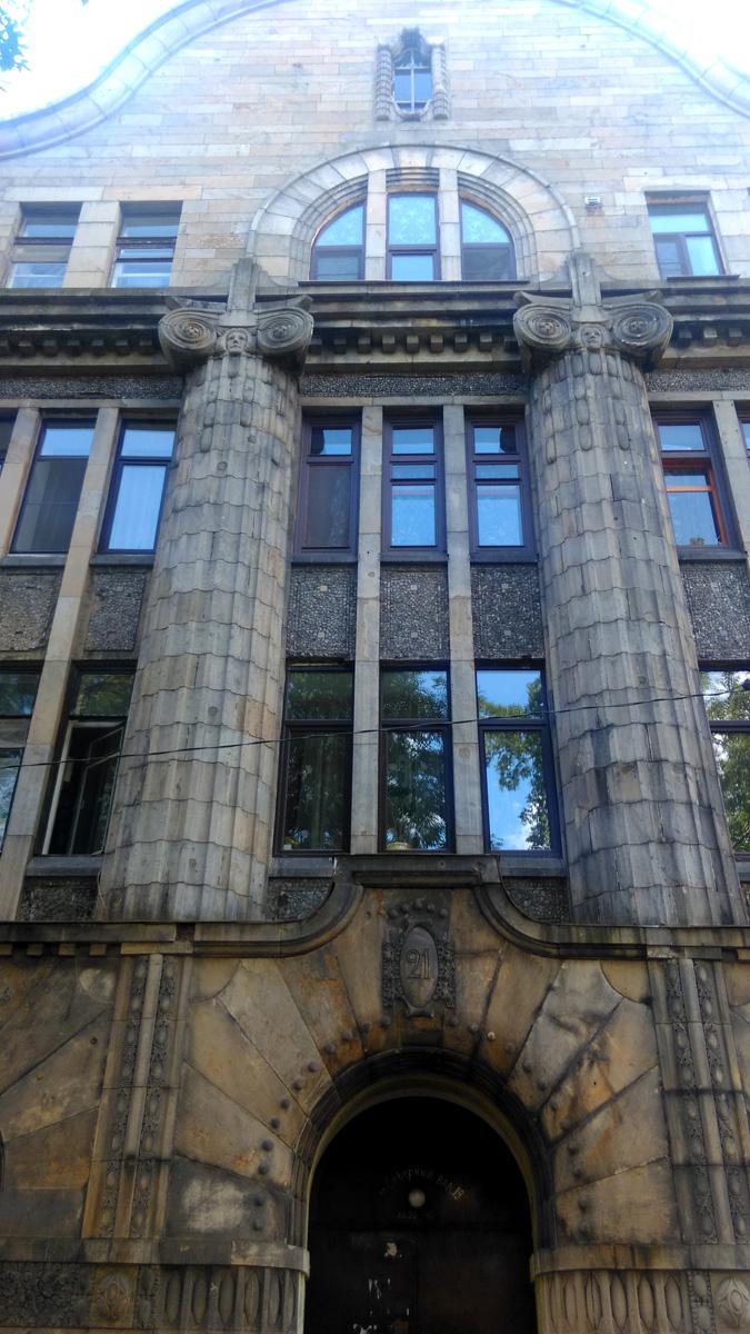 Этот дом в стиле модерн построен по проекту архитекторов Фредрика Теслеффа, Вальтера Томе и Класа Гюльдена в 1910 году. До наших дней дом дошел в очень хорошем состоянии.