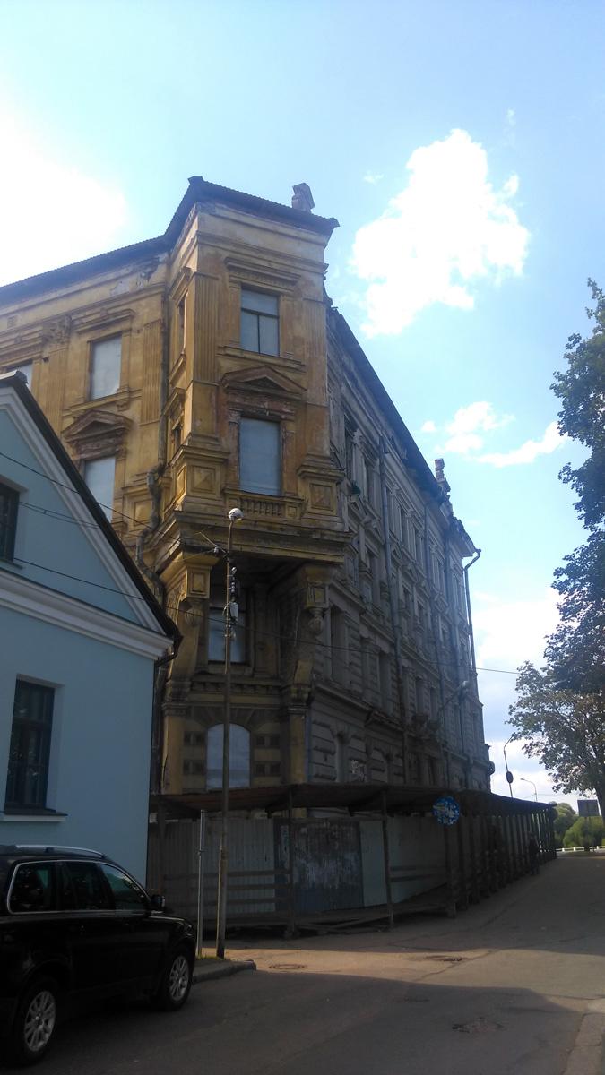 А вот, более ранняя работа архитектора Фредрика Теслеффа, дом построенный в 1898 году переживает не лучшие свои времена.