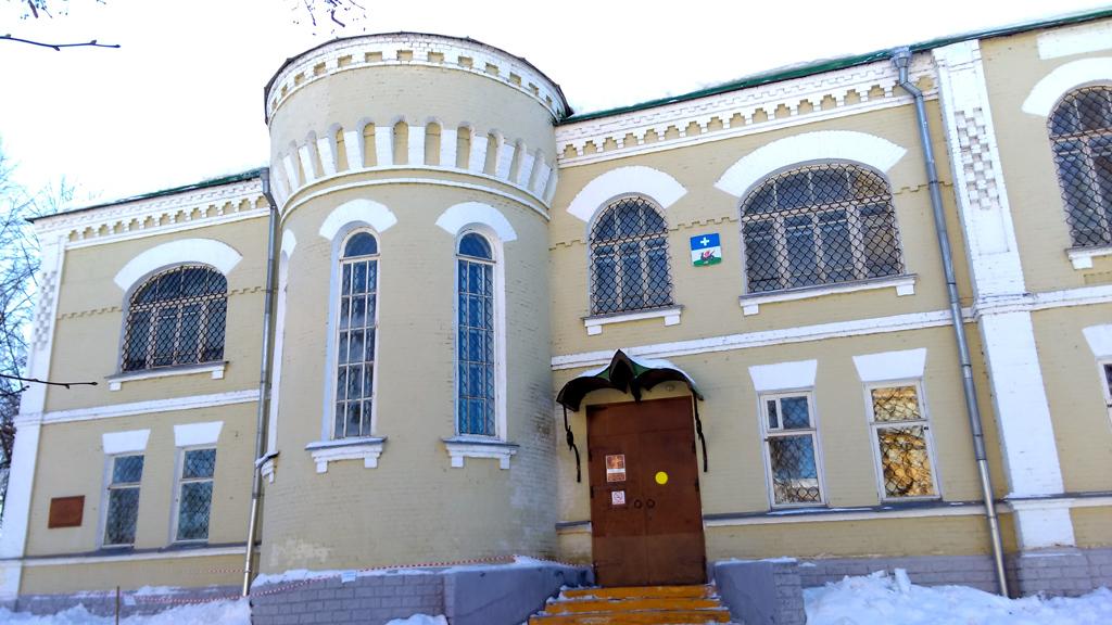 Бывшее Городское училище, а ныне Краеведческий музей, ровесник башни.