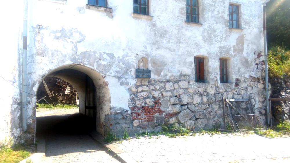 Комендантский дом. Сквозь дом осуществляется проход и проезд к самому замку.