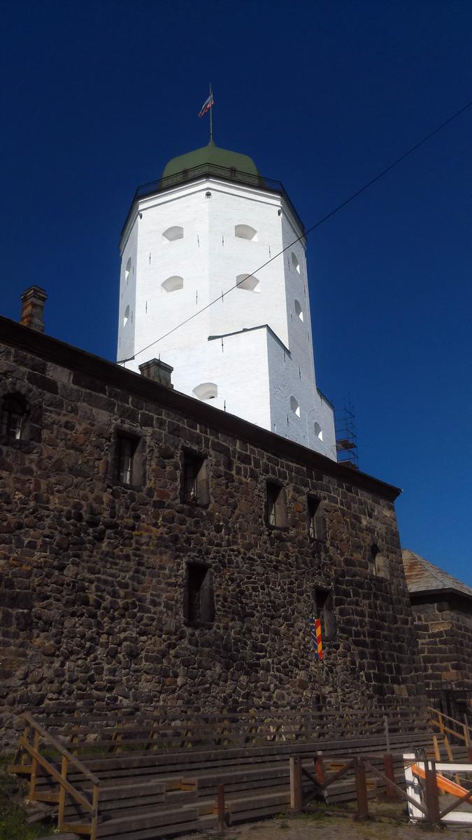 Северный корпус, а за ним белоснежная Башня святого Олафа