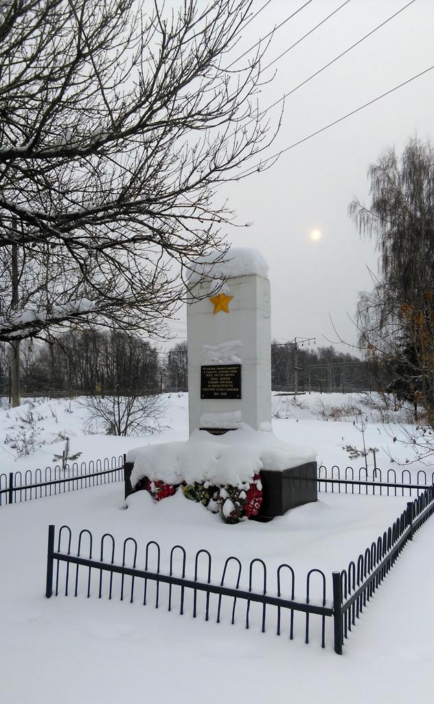 Рядом с платформой расположен Памятник жителям пос. Востряково, погибшим в Великой Отечественной войне. Сквозь облака пробивается солнце.