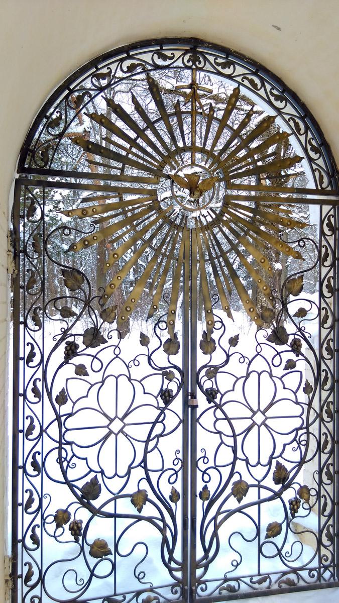 Очень красивые легкие ворота. И снова виноград.