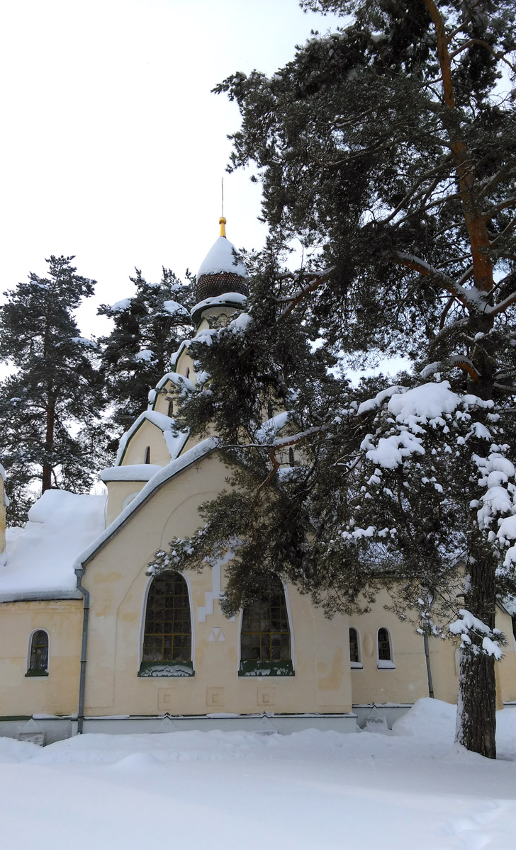 Снег, сосны, храм.