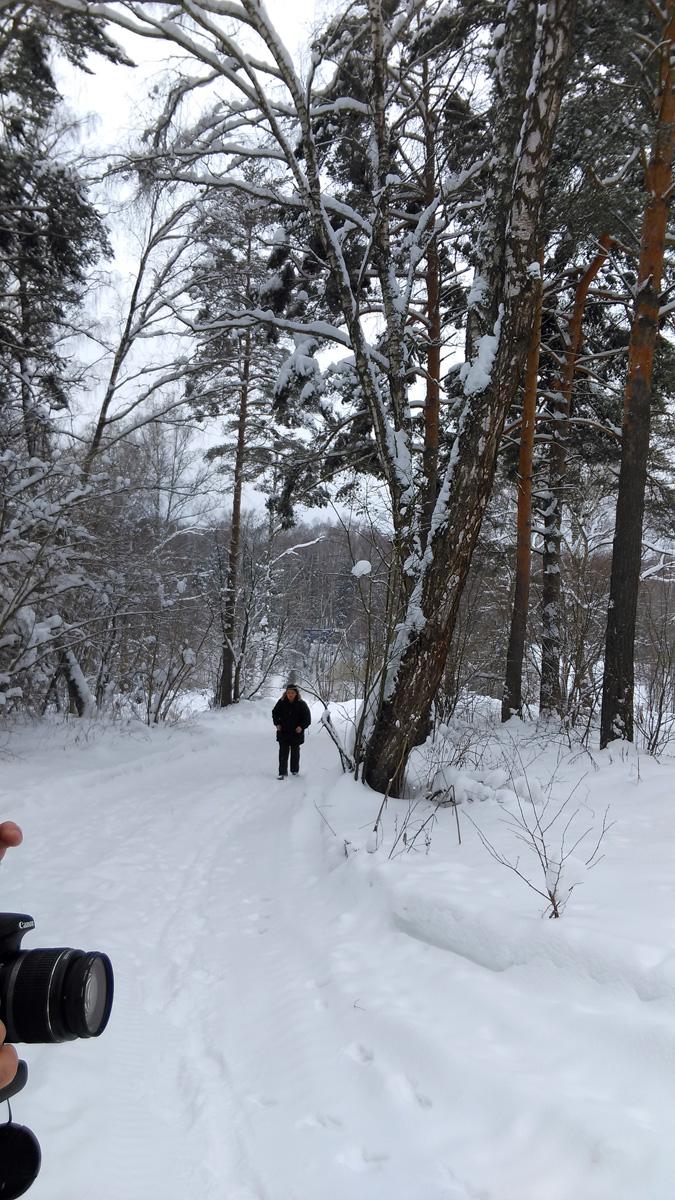 Ура! Подымаемся на правый берег. А вот, дальше,  решили обойти приток Рожайки, ибо второй раз могло и не повезти. К сожалению, там где летом накатанная грунтовка, зимой снежная целина. А так. как температура около ноля, то снег тяжелый и мокрый. Больше километра мы пробирались по снежной каше. Устали, начали промокать ноги...