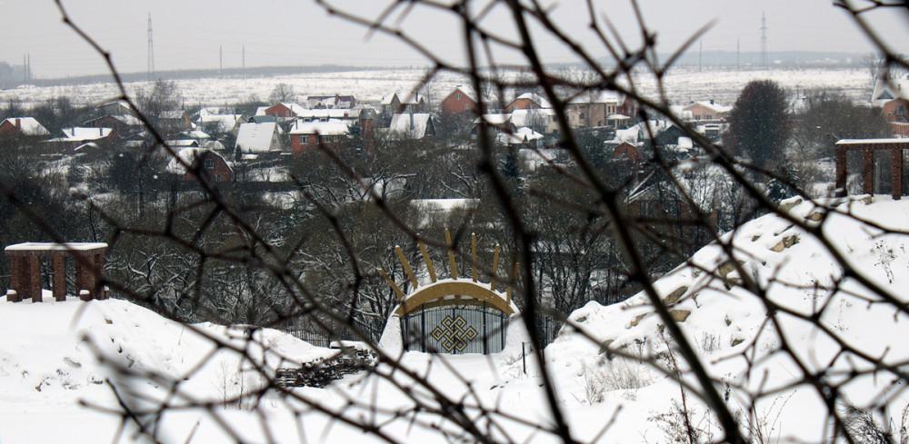 Вдали, доделанные ворота с символом, который изображен и на остальных постройкам и на площади перед пирамидой, судя по фото со спутника.