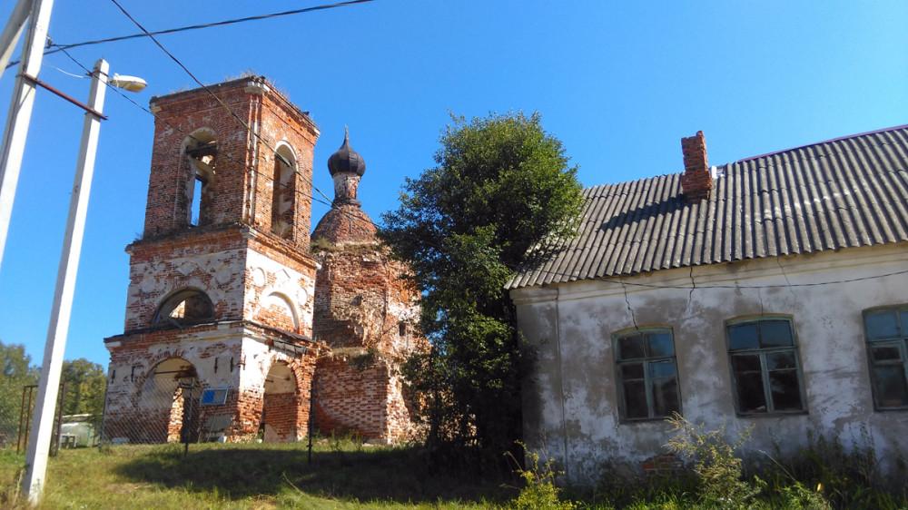 В конце XVIII века к Храму была пристроена колокольня со шпилем и ограда в стиле Московского барокко, рядом были построены собственные дома священника, диакона и дьячка. Один из домов на фото справа. Ограда, к сожалению не сохранилась, была разобрана в 1948году.