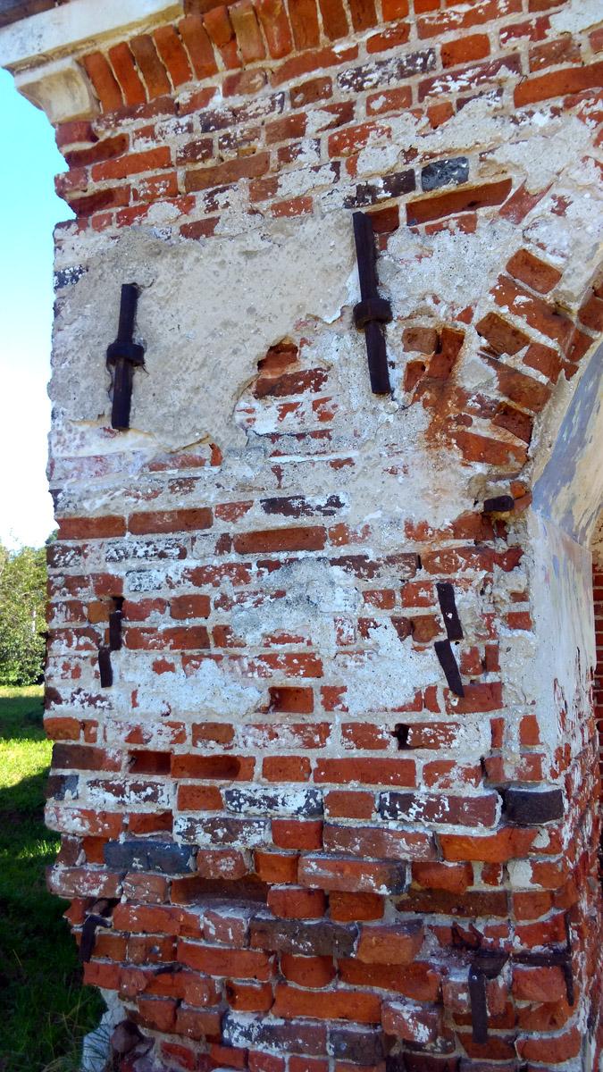 Особенно интересны железные силовые полосы пронизывающие стены и не дающие им разойтись.