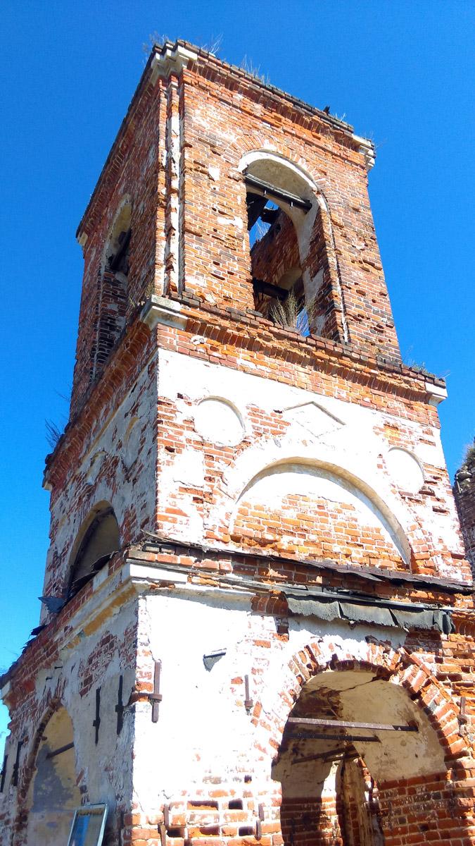В 1956 году с колокольни упал крест.