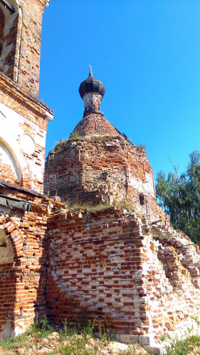 А вот, сама церковь выглядит хуже. Видно массовое высыпание кирпичей. В 2011 году с главного купола из-за угрозы падения был снят крест.