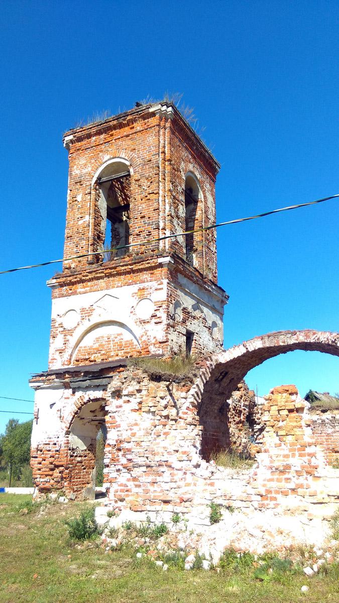 Стены и крыша между основным зданием и колокольней обрушились.