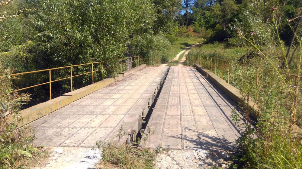 Мост через ручей явно армейского происхождения.