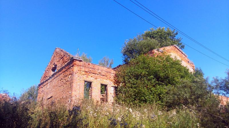 И вот показалось первые постройки усадьбы...