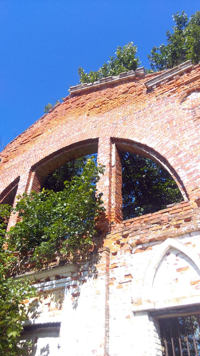 Фасад здания относительно в хорошем состоянии, а вот противоположенной стены нет вовсе.