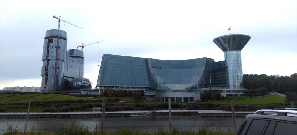 Дом Правительства Московской области. Слева Строящийся офисно-деловой центр «Два капитана».