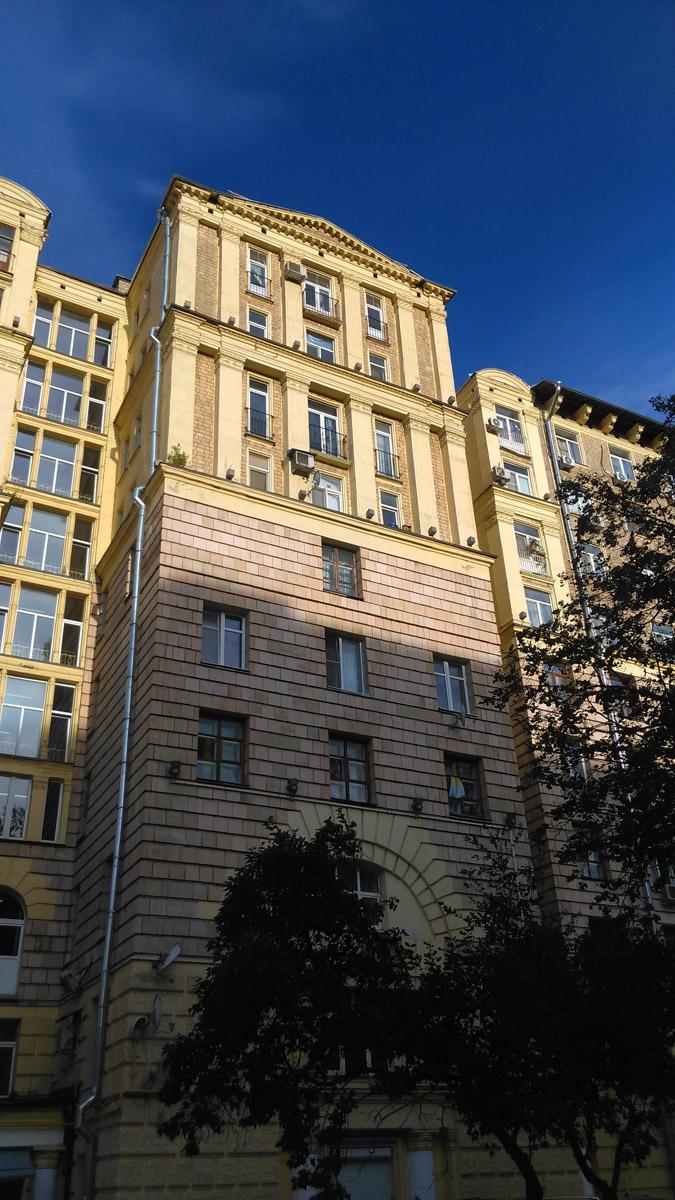 Десятиэтажный четырёхподъездный кирпичный жилой дом – памятник архитектуры. Построен в 1954 году.