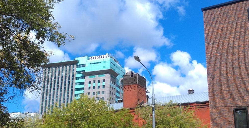 Башенка на здании бывшего хладокомбината постройки 1930-тых годов на фоне небоскреба Роснефти (отжатый у ЮКОСа)