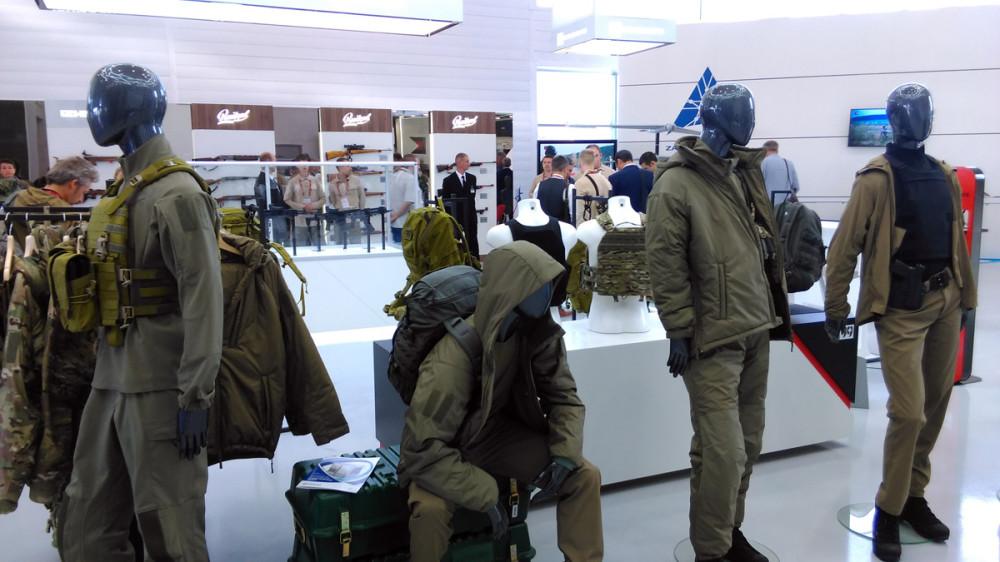 """Стенд с одеждой и снаряжением нашей компании """"Группа 99"""". И да, рюкзаки и одежда """"Г99"""" сопровождают меня в моих походах и поездках."""