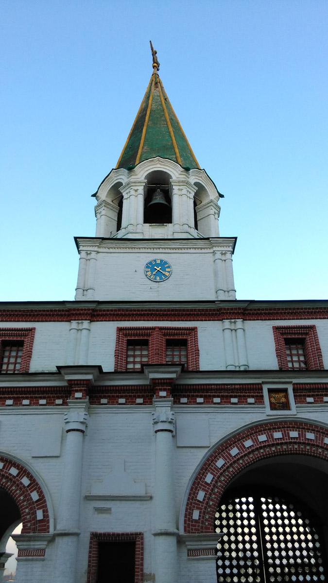Передние ворота и колокольня с часами. Построены в в 1673 году.