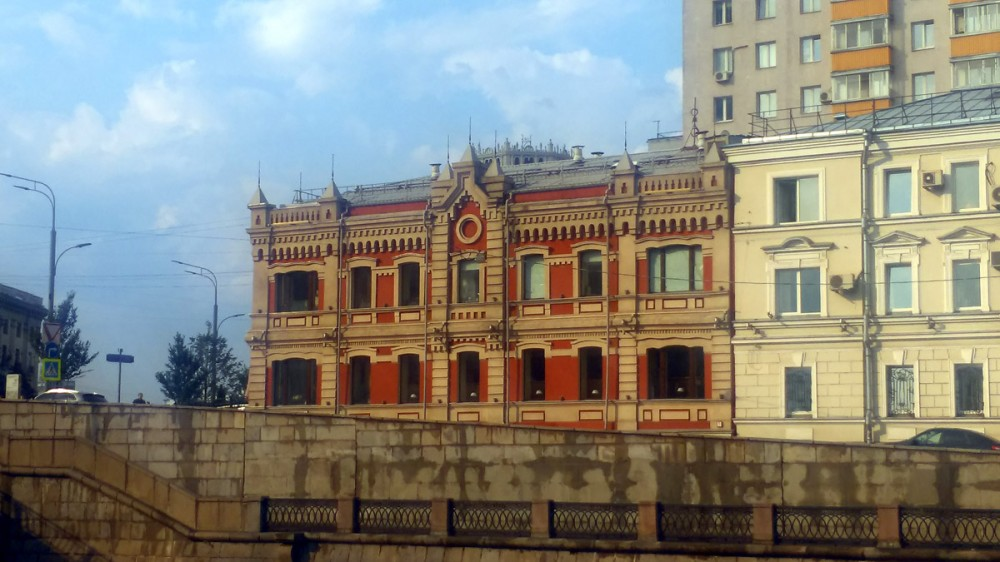 Двухэтажный кирпичный жилой дом 1897 года постройки на набережной Водоотводного канала на Садовом Кольце.