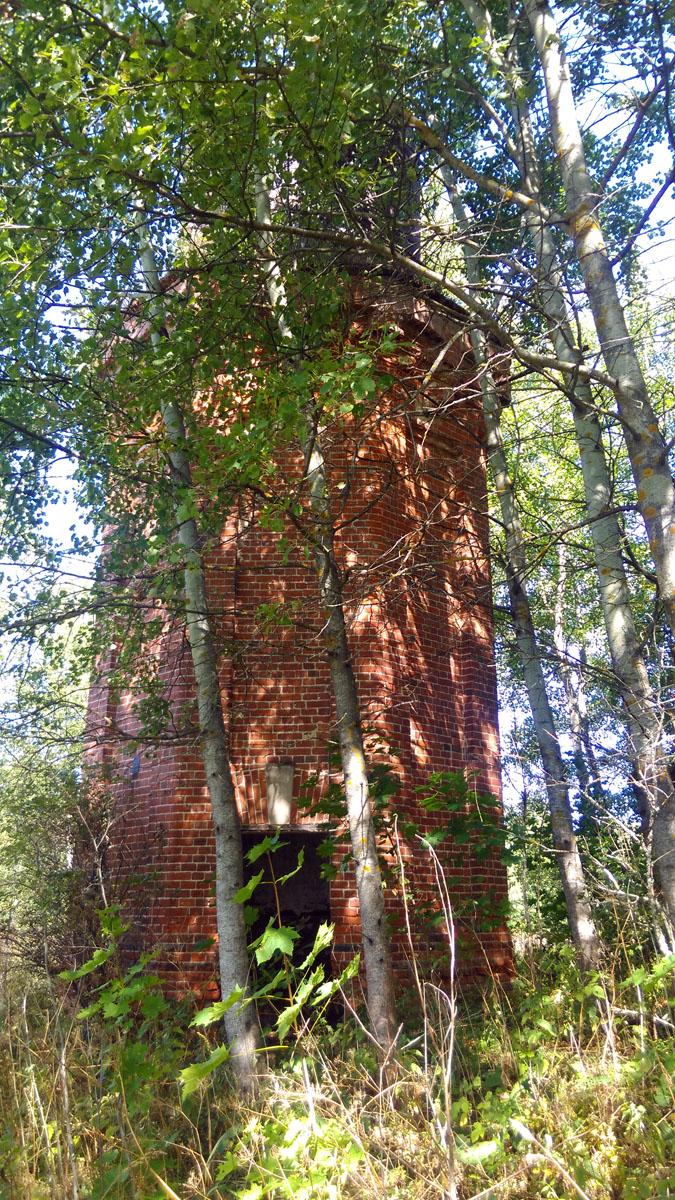 Водонапорную башню нашел только потому, что знал где она расположена. Она прячется в деревьях.