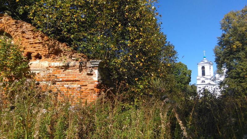 А вот главный дом и примыкающие к нему два флигеля сохранились гораздо хуже.