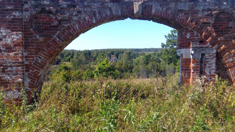 Вид на село Алёшково сквозь въездную парадную арку.