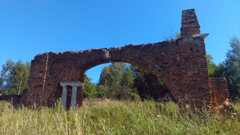 Эта же арка со стороны села.