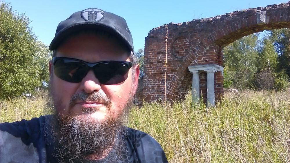 Какой-то турист-краевед делает селфи на фоне арки :-)