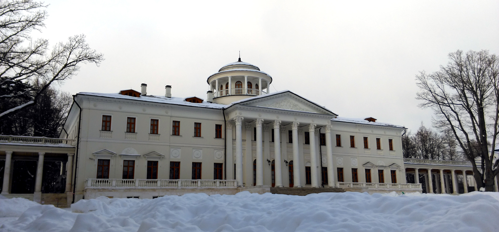Главное здание и флигели расположены на одной линии и соединены колоннадами.