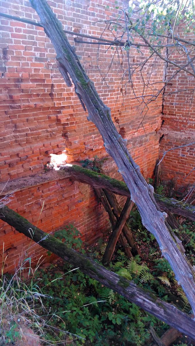 Внутри обрушенные деревянные перекрытия.
