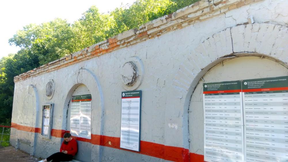 Железнодорожная платформа Молоди (до 13.07.2017 — Колхозная). Руины старинного станционного павильона окрашены в корпоративные цвета РЖД.