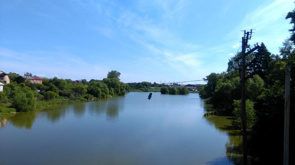 Нижний пруд Усадьбы Молоди. Пруд сооружен во второй половине XVIII века и является частью архитектурного ансамбля усадьбы. Удерживается земляной плотиной. Наполнен водами реки Рожайки и её притоков. Вдали виден остров. Раньше на нем была романтичная беседка.