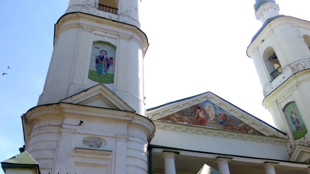 Храм Воскресения Христова построен в 1703-1706 гг, и перестроен в 1786.