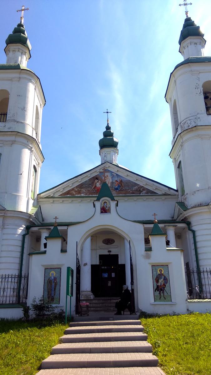 К Храму были пристроены трапезная и две парные колокольни.