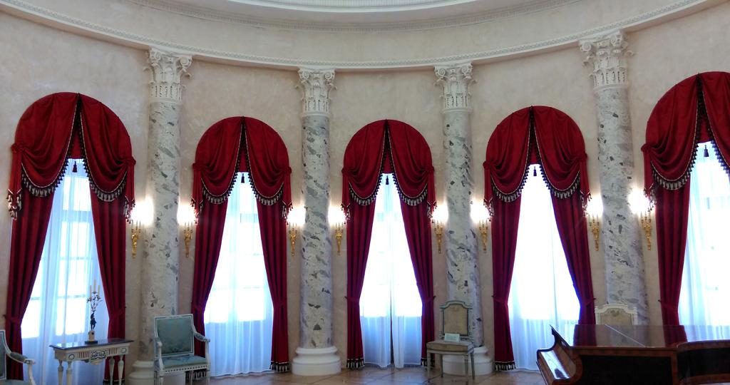Центром композиционного решения интерьеров дома являются Вестибюль и Овальный зал.