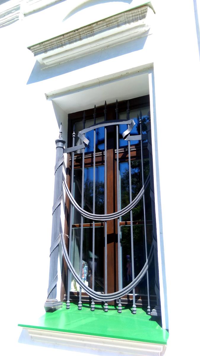 Стильная решетка с фашинами на окнах.