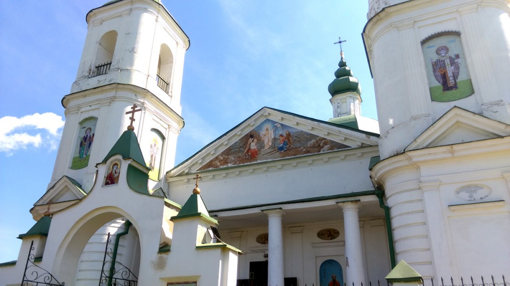 Мозаичные фрески и роспись на храме.