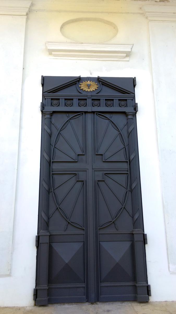 Двери Храма так же как и окна выглядят очень стильно. Строго и красиво.