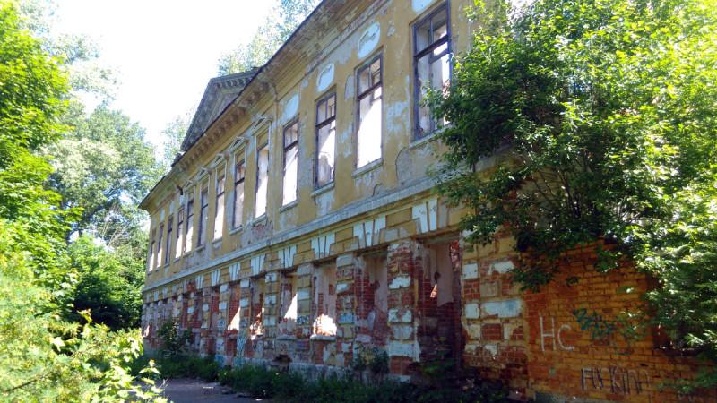 Из усадебных построек сохранились руины главного дома, флигеля и амбар.