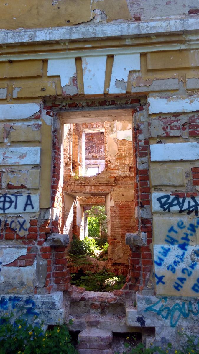 Усадьба за свое существование сменила несколько владельцев, каждый из которых менял ее облик. В советское время здесь располагалась школа. В постсоветское дом превратили в руины. И разрушение продолжается...